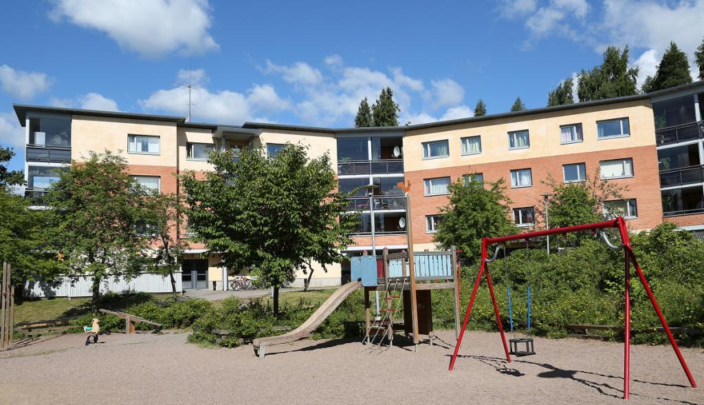 Hekan kiinteistö Malminkartanossa osoitteessa Arentitie 8. Kuvassa on kiinteistön julkisivu ja leikkialue.