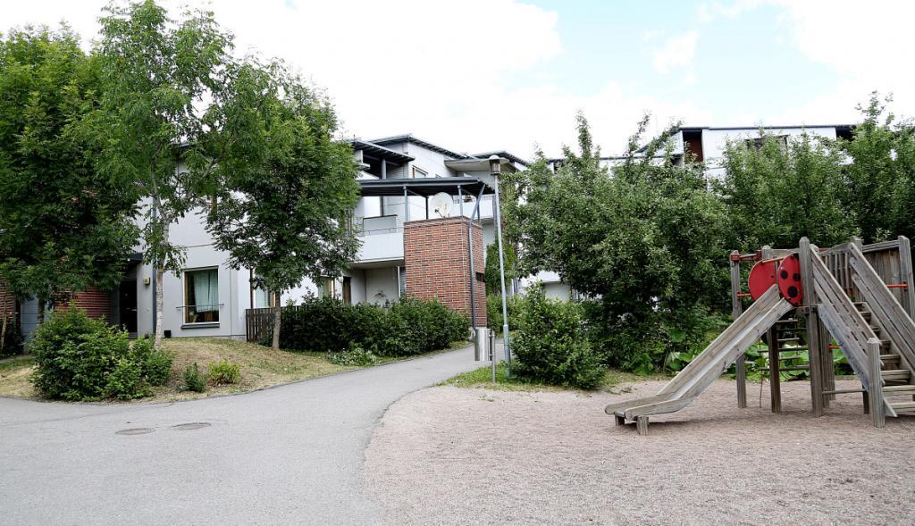 Hekan kiinteistö osoitteessa Kartanonkaari 35. Kuvassa on kiinteistön pihaa ja julkisivu.