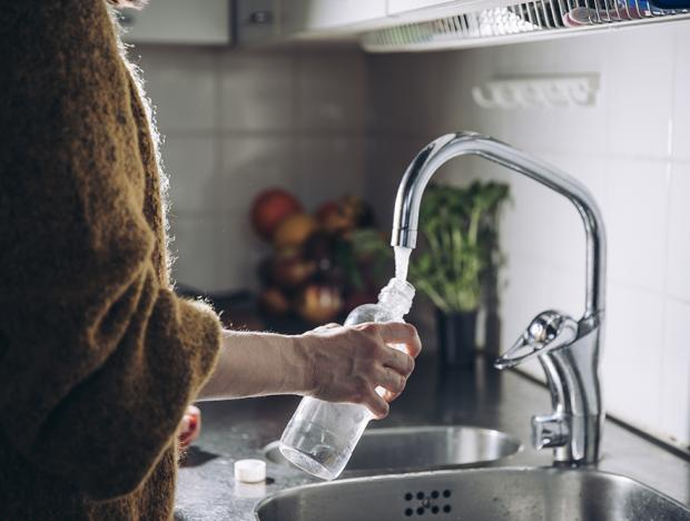 Suihkuta vesi pulloja
